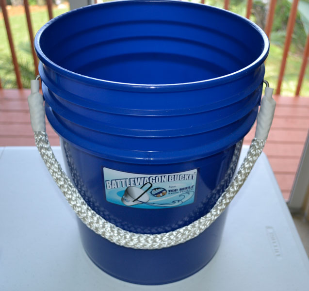 battlewagon bucket 5 gallon blue with white rope handle bucket blue white america. Black Bedroom Furniture Sets. Home Design Ideas